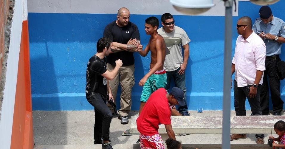"""30.nov.2013 - Na tarde deste sábado (30), Joshua Bowman, o Daniel de """"Revenge"""", visitou o morro Dona Marta, na Zona Sul do Rio de Janeiro. Em passagem pelo Brasil, o ator fez questão de conhecer a primeira favela carioca a ser pacificada"""