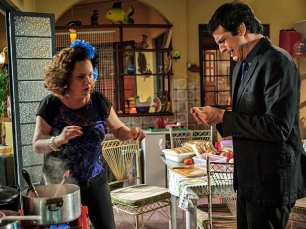 """Em """"Amor à Vida"""", Félix queima os dedos ao cozinhar salsichas"""