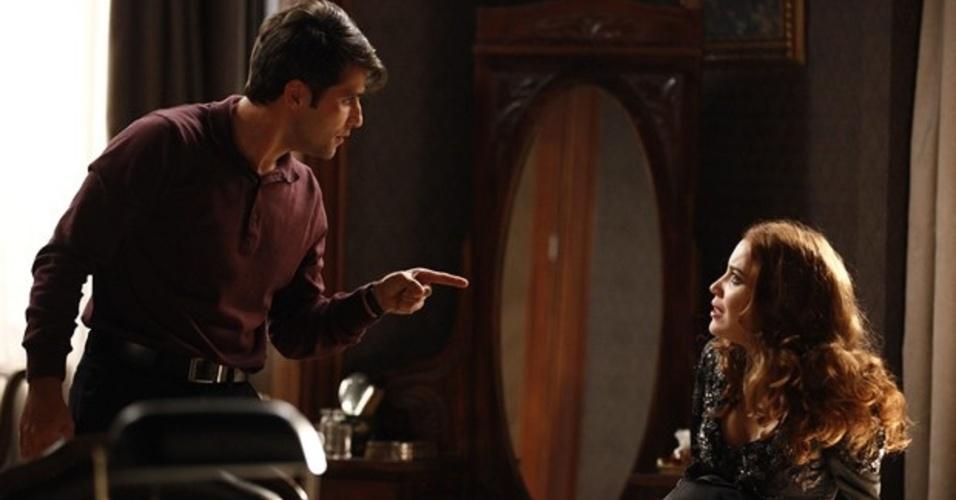 """Em """"Joia Rara"""", Franz pergunta para Sílvia quem é o pai do filho que ela espera"""