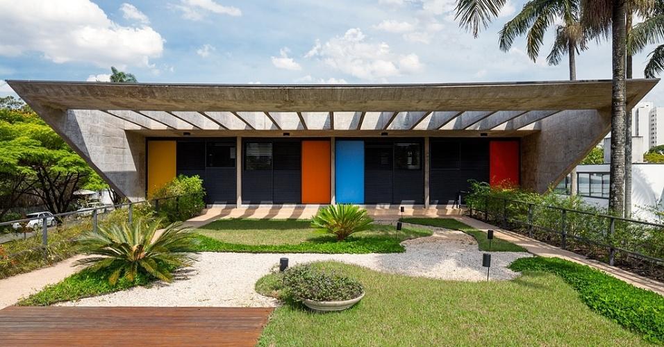 O terraço-jardim na laje de cobertura e o deck têm acesso direto a partir dos dormitórios que receberam pintura em várias cores nos painéis, um modo de quebrar a rigidez do concreto. Do terraço é possível ver de perto o destaque da Casa G+A, a grande pérgola em balanço que funciona como brise e está apoiada nas empenas triangulares de concreto. O projeto de 1961 foi concebido por Lemos e Corona e a reforma foi desenhada pelos profissionais do escritório Stuchi&Leite Projetos