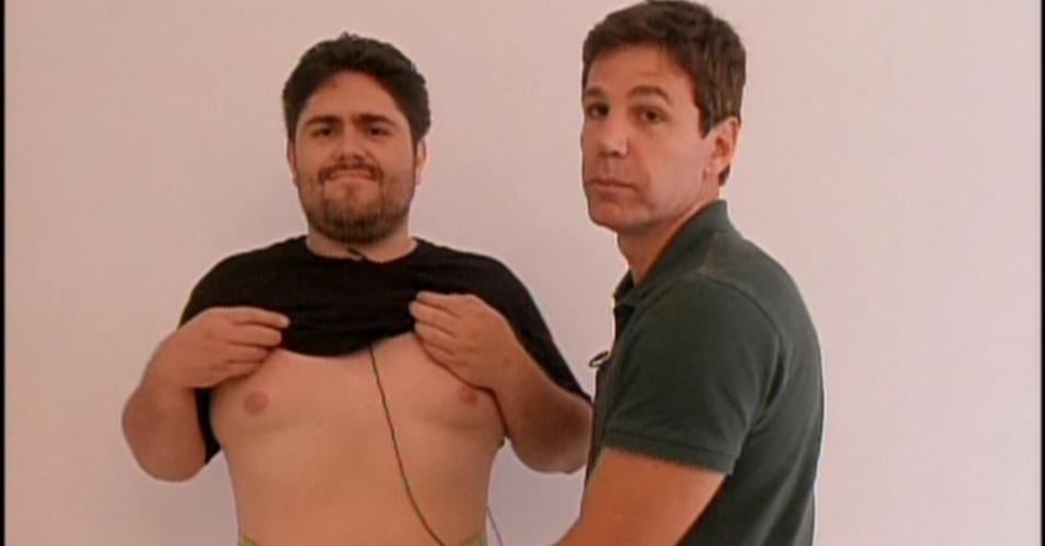 """01.dez.2013 - César Menotti mede a cintura na noite deste domingo (1), no quadro """"Medida Certa"""", do """"Fantástico"""""""