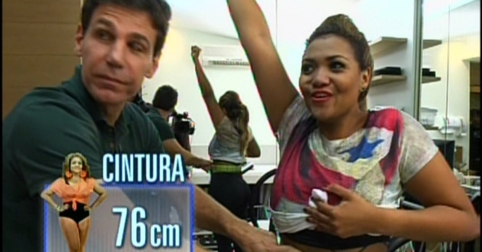 """01.dez.2013 - Gaby Amarantos comemora a diminuição da medida de sua cintura na noite deste domingo (1), no quadro """"Medida Certa"""", do """"Fantástico"""""""