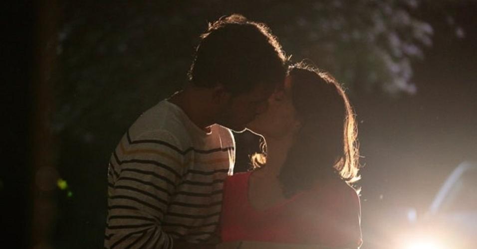 """Em """"Amor à Vida"""", Enquanto César dorme, Ninho e Aline têm noite de amor"""