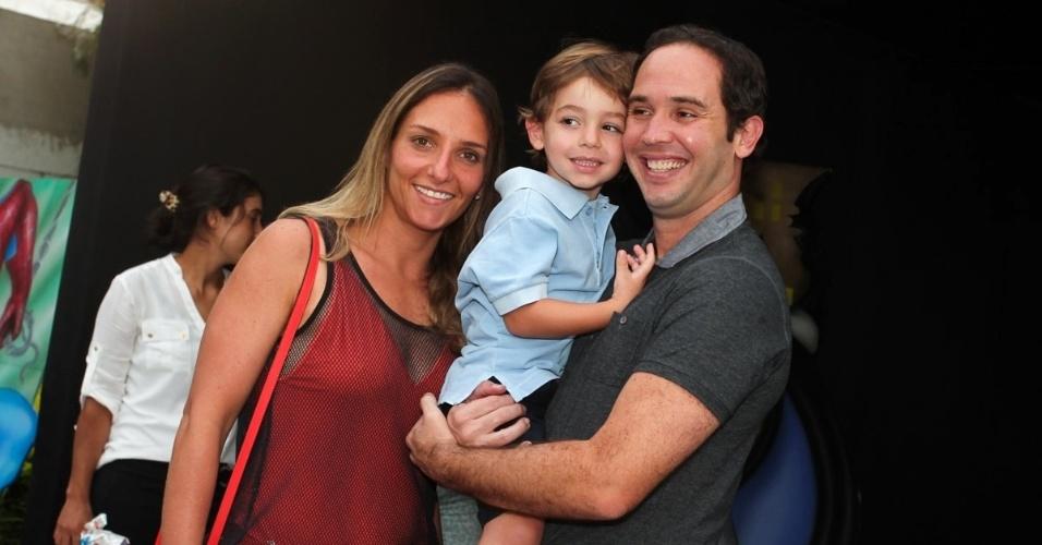 2.dez.2013 - Caio Ribeiro com a mulher e o filho