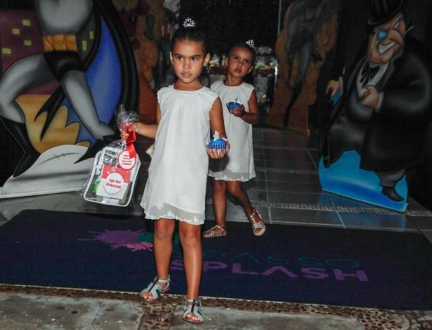 2.dez.2013 - Maria Alice e Maria Sophia, filhas do ex-jogador Ronaldo Fenômeno, vão à festa de Felipinho