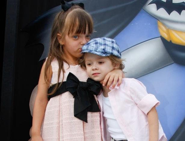 2.dez.2013 - Rafaella Justus atraiu a atenção dos fotógrafos ao abraçar e beijar Vittorio, filho de Adriane Galisteu, na festa de 4 anos de Felipinho, filho de Felipe Massa