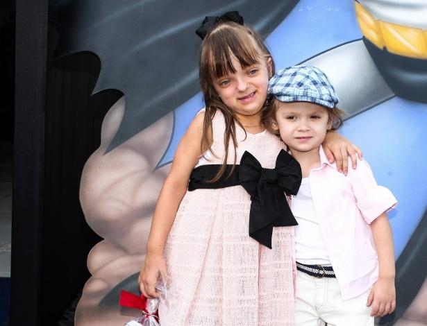 2.dez.2013 - Rafaella Justus posa abraçada com Vittorio, filho de Adriane Galisteu, na festa de Felipinho, filho de Felipe Massa e Rafaela