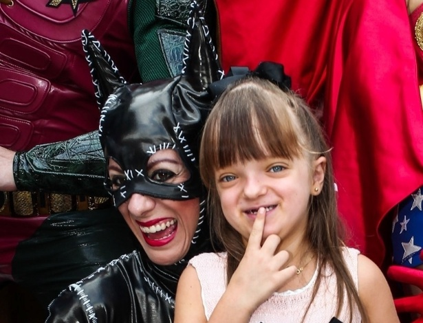 2.dez.2013 - Rafaella Justus tira foto com a personagem Mulher-Gato na festa de Felipinho, filho de Felipe Massa e Rafaela