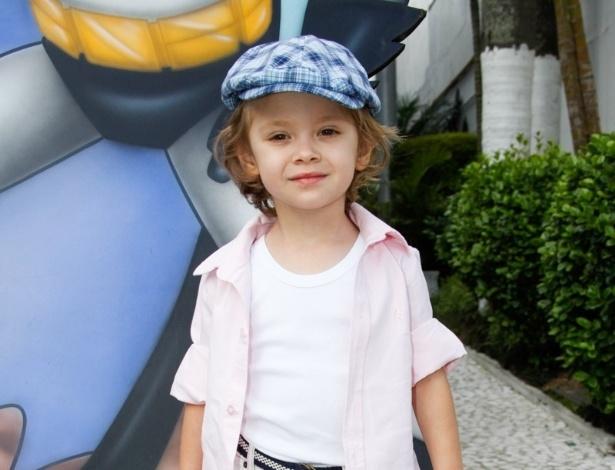 2.dez.2013 - Vittorio, filho de Adriane Galisteu, posa todo estiloso para os fotógrafos