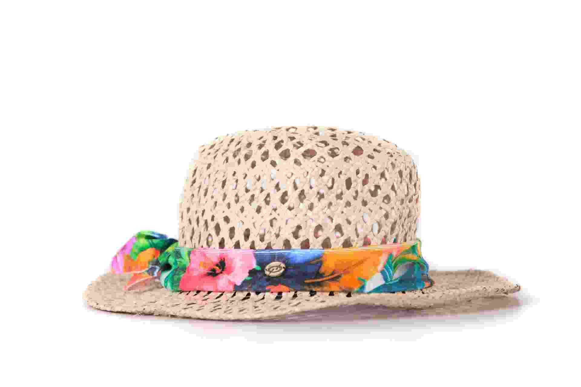 Chapéu de palha com faixa de tecido; R$ 80, da Blue Man (www.blueman.com.br). Preço pesquisado em dezembro de 2013 e sujeito a alterações. - Divulgação