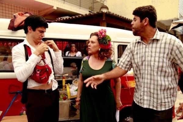 """Em """"Amor à Vida"""", Félix quase apanha ao tentar dar golpe em cliente do hot-dog"""