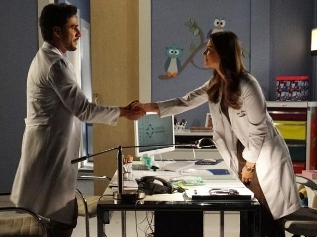 """Em """"Amor à Vida"""", Jacques usa relação com Pilar para conseguir promoção com Paloma"""