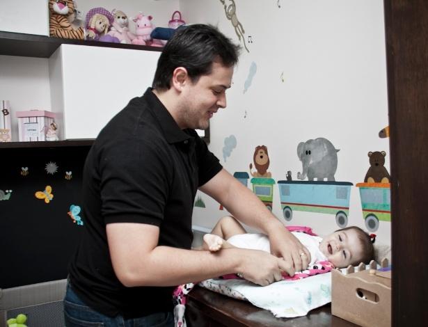 Gabriel Luiz do Lago quis participar ativamente da gestação da filha, Lara, e colocou um aplicativo em seu celular para acompanhar o desenvolvimento da menina na barriga da mãe - Haroldo Sabóia/UOL
