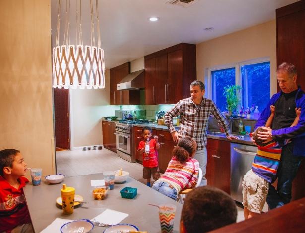 O advogado Joshua Wayser (de camisa xadrez) e o artista Richard Schulte com cinco de seus seis filhos - David Walter Banks / The New York Times