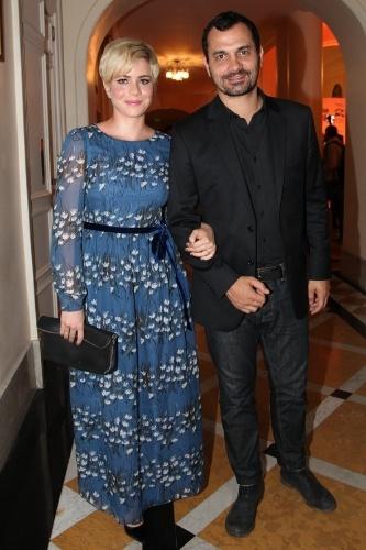 03.dez.2013- Leandra Leal e Alê Youssef conferem premiação no Rio