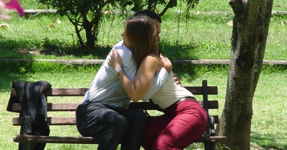 """3.dez.2013 - Paolla Oliveira e Malvino Salvador gravaram cenas de """"Amor à Vida"""" em um parque na zona oeste do Rio. Na cena, Bruno tenta se reaproximar de Paloma"""