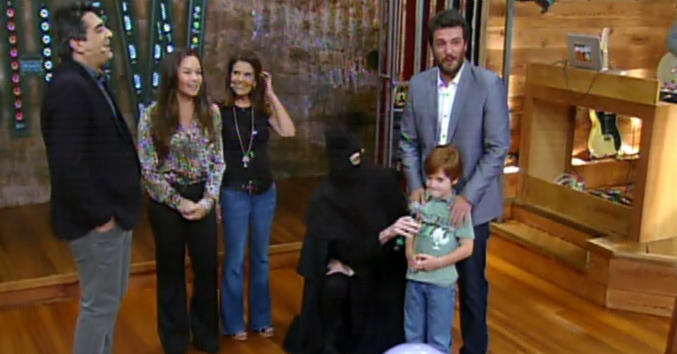 3.dez.2013 - Rodrigo Lombardi recebe visita surpresa da família no