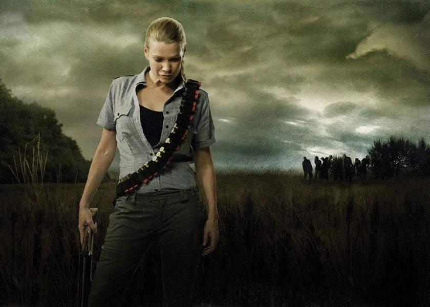 """Em """"The Walking Dead"""", Andrea (Laurie Holden) morre ao fim da 3ª temporada após ficar presa com Milton (Dallas Roberts), que se transforma em zumbi e a contamina. Ao ser encontrada pelos outros, cabe a Michonne (Danai Gurira) lhe dar o tiro de misericórdia"""