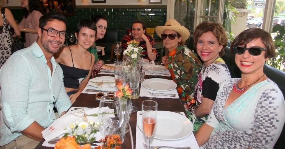 Apresentadores reunidos durante almoço de confraternização do canal GNT
