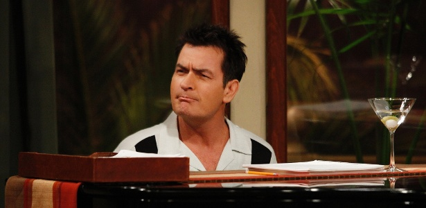 "Charlie Sheen como Charlie Harper em ""Two and a Half Men"""