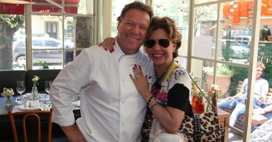 Claude Troisgros e Astrid Fontenelle se encontram em almoço de confraternização do canal GNT em restaurante no Rio