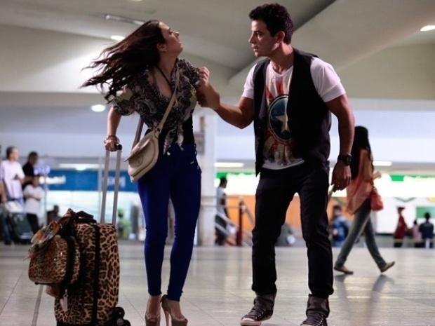 """Em """"Amor à Vida"""", Valdirene se despede de Carlito e viaja para se inscrever no """"BBB"""""""