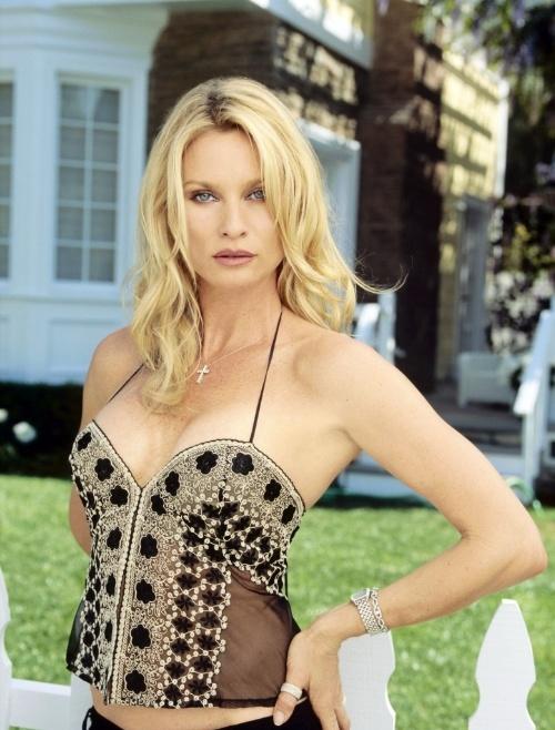 """Em """"Desperate Housewives"""", Nicolette Sheridan interpretava Edie Britt, mas a personagem acabou morrendo após a atriz acusar o produtor Mark Cherry de tê-la agredido"""