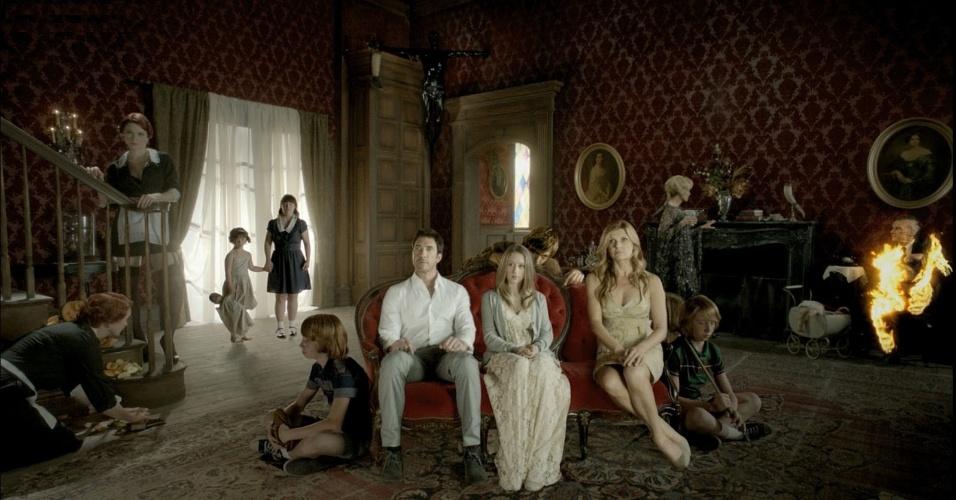 """Na 1ª temporada de """"American Horror Story"""", simplesmente todos os personagens morreram (ou já estavam mortos assombrando a casa), mas como a história é de terror, isso não inviabilizou a série"""