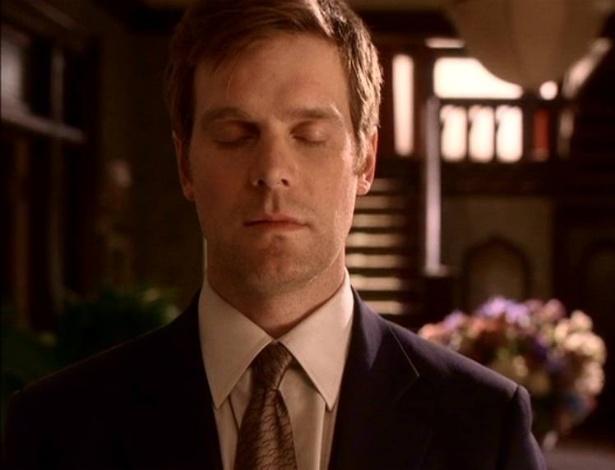 """Nate Fisher (Peter Krause) era o protagonista de """"A Sete Palmos"""", mas morreu alguns capítulos antes do fim da série, para surpresa do público; a morte foi uma forma de o autor da série, Alan Ball, ironizar o medo que Nate tinha da morte"""