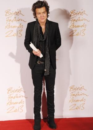O cantor Harry Styles com o prêmio de ícone britânico de estilo recebido no British Fashion Awards, em Londres (02/12/2013) - Getty Images
