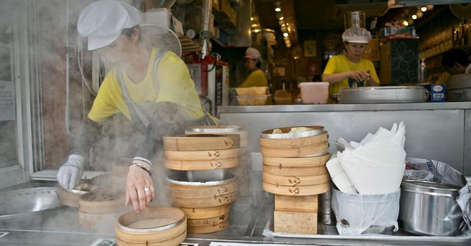 A Bukchon Son Mandu, em Hapjeong, Seul, vende o bolinho típico coreano, o mandu, geralmente recheado de carne moída, tofu, alho e gengibre