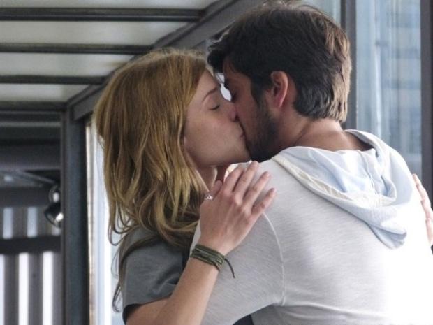 """Em """"Além do Horizonte"""", Marlon fica com ciúmes de Paulinha e a beija"""