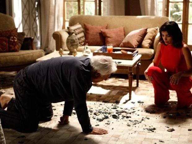 """Em """"Amor à Vida"""", César acorda cego e quebra objetos da casa"""