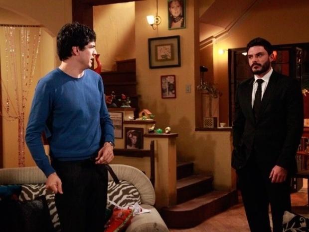 """Em """"Amor à Vida"""", Félix chora nos braços de Maciel e lamenta ficar longe de Pilar"""