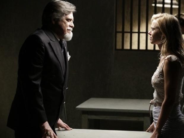 """Em """"Joia Rara"""", Ernest promete tirar Iolanda da prisão se ela desistir de divórcio"""