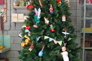 Faça uma árvore de Natal diferente usando os brinquedos das crianças - Reinaldo Canato/UOL