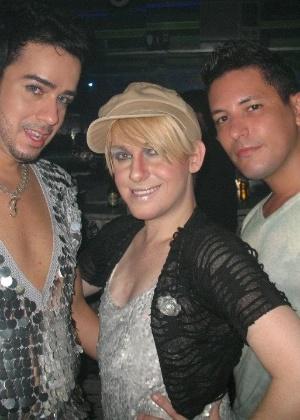 Tiago posa com os amigos Mário Júnior e Thenner Freitas em uma boate em Juiz de Fora
