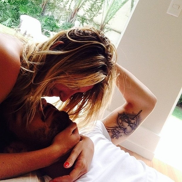 5.dez.2013 - Alexandre Pato não tem medo de exibir seu amor nas redes sociais. O jogador divulgou uma imagem onde aparece de chamego com a namorada, Sophia Mattar