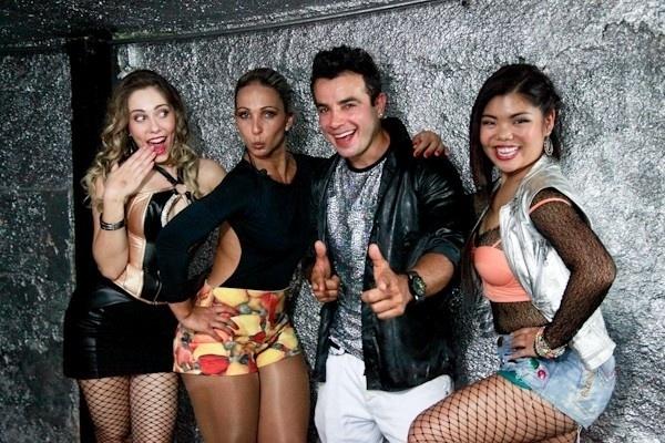 """5.dez.2013 - Valesca Popuzada vira dançarina do DJ Delícia (Anderson Di Rizzi) em """"Amor à Vida"""""""