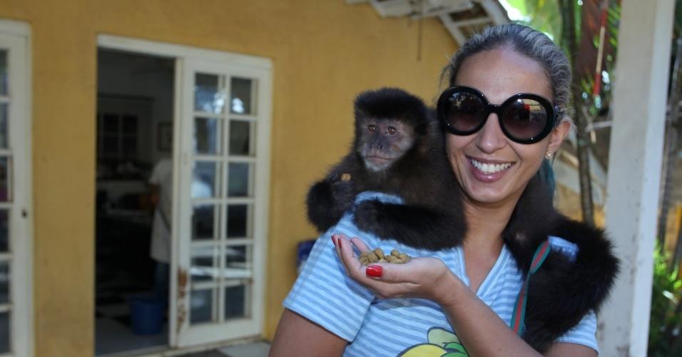 5.nov.2013 - Valesca Popozuda se divertiu com um mico nos bastidores da gravação do clipe