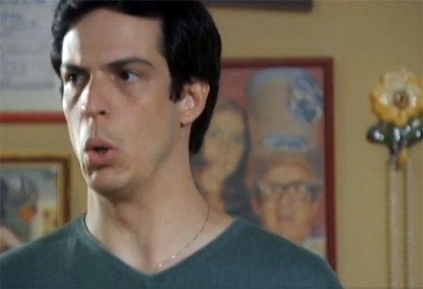 """Em """"Amor à Vida"""", Félix não gosta de saber que terá que ter um celular pré-pago"""