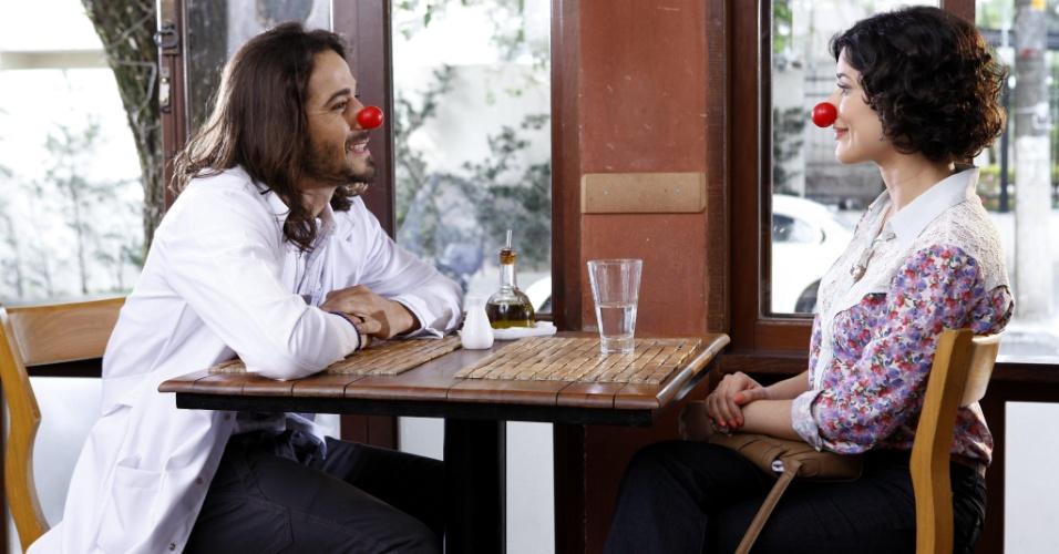 """Em """"Chiquititas"""", Júnior fica com ciúmes da aproximação de Carol e Fernando"""