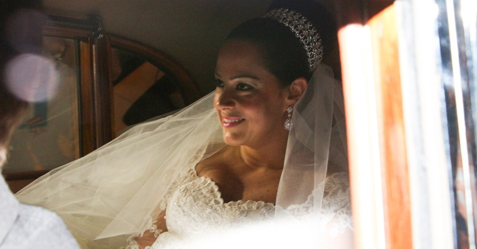 6.dez.2013 - A noiva Silvia Abravanel é fotografada dentro do carro