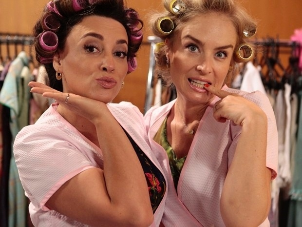 6.dez.2013 - Angélica e Suzana Pires posam com bobes no cabelo em gravação do