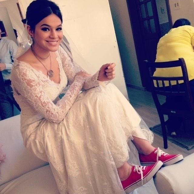 6.dez.2013 - Bruna Marquezine usa vestido de noiva com tênis vermelhos nos bastidores de
