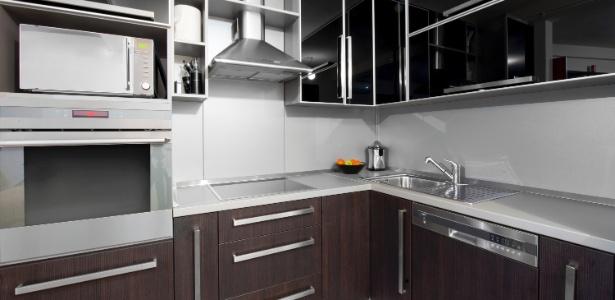 O espaço da cozinha de apês de até 50 m² é melhor aproveitado com uso de cooktop e forno de embutir - Getty Images