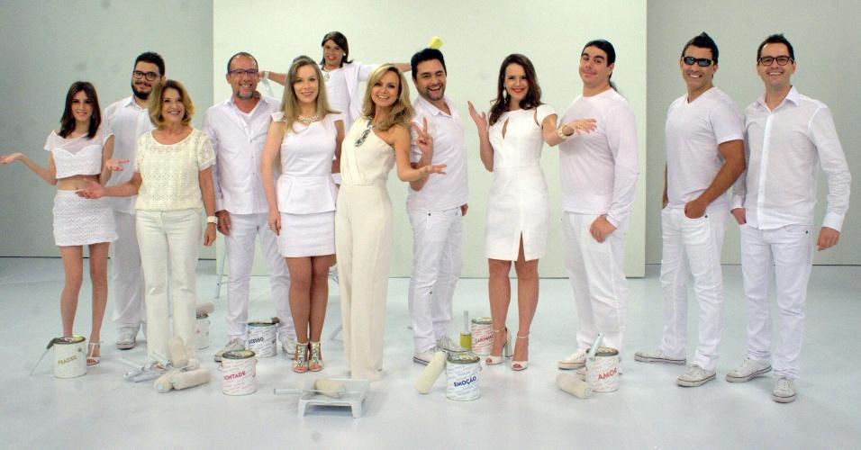 De branco, Eliana e sua equipe gravam especial de fim de ano