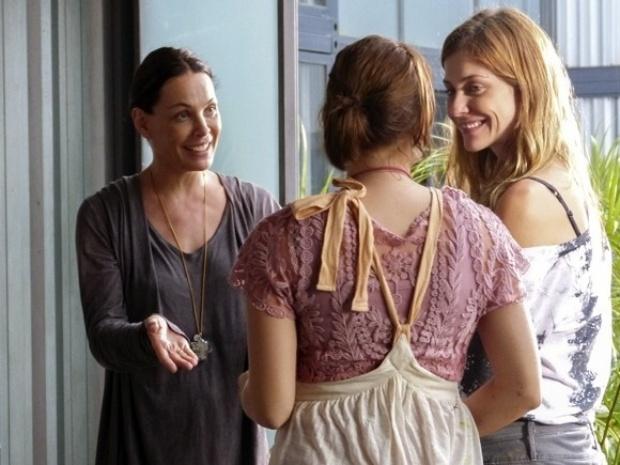 """Em """"Além do Horizonte"""", Tereza coloca Paulinha para cuidar das crianças da Comunidade"""
