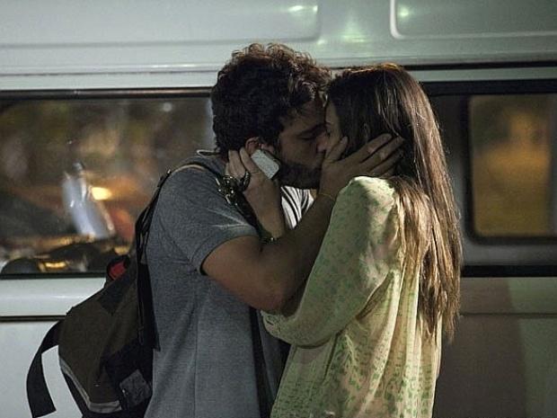 """Em """"Além do Horizonte"""", William e Lili se beijam de mentirinha para despistar membro do grupo"""