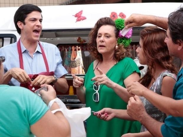 """Em """"Amor à Vida"""", Félix faz sucesso vendendo hot dog"""